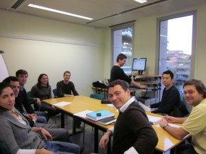 Vanesa Ramos, Ignacio y Juan Luis Belmonte, de Masterbranch, explican su empresa a los estudiantes del MBA